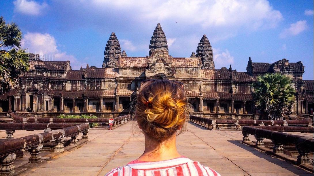 Reisende entdeckt die Tempelanlage Angkor Wat während ihrer Entdecker-Reise durch Kambodscha